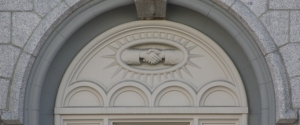 Clasped Hands motive, Salt Lake Temple. – Image source: http://www.moroni10.com/lds/temple_tour/symbols/clasping-hands-motif.html.