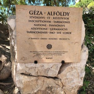 Plaque commemorating Géza Alföldy: Tarragona, Amphitheatre. – Photo: PK, 2015.