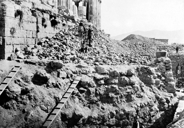 Persian debris ('Perserschutt') on the acropolis. – Image source: http://viamus.uni-goettingen.de/vd/3501/mjt.jpg.