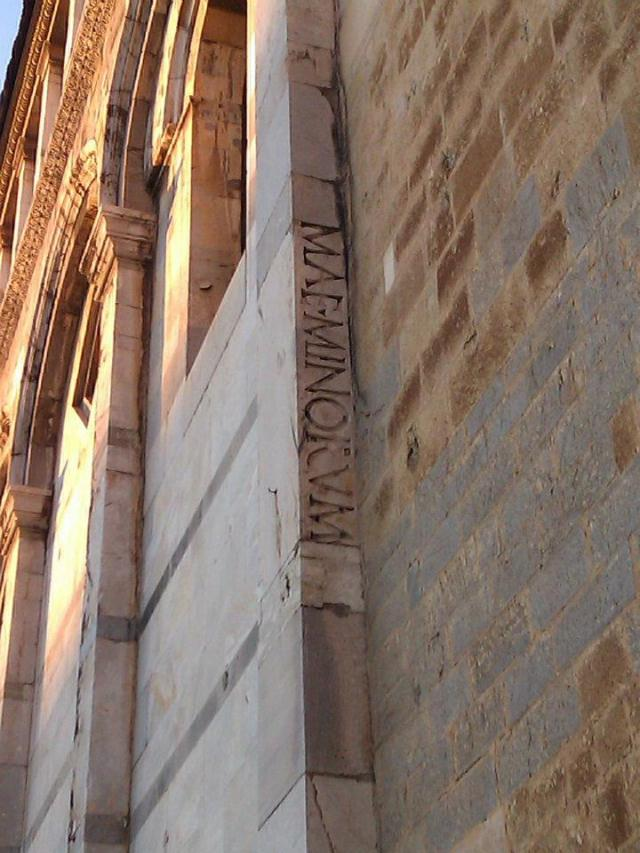 Spolia inserted into the wall of the cathedral of Pisa. – Photo PK.