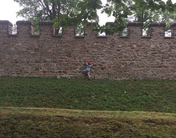 German trying to enter the Roman Saalburg. – Photo (c) PK, August 2015.